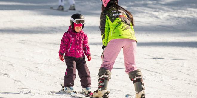 Cum dezvoltă sporturile de iarnă/schiatul copiii?